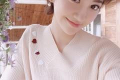 景甜短发造型超减龄 穿粉嫩毛衣卖萌甜美可爱