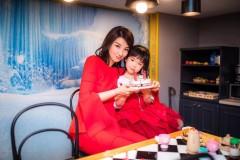 黄奕捐出女儿画作 带领小朋友做义卖献爱心