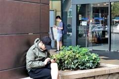 黄晓明陪小海绵出游后再被偶遇 坐台阶玩手机很接地气