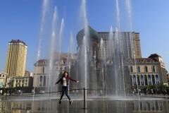 哈尔滨索菲亚教堂喷泉定时喷放 特别清凉别样美(组图)