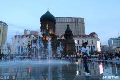 哈尔滨索菲亚广场喷泉开放 给城市带来清凉(组图)