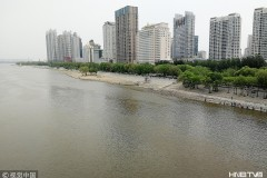 哈尔滨松花江水位上涨  江面宽阔景色壮观(组图)