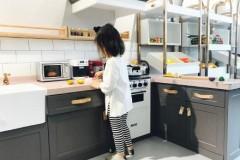 张梓琳携女光顾董璇亲子餐厅 小萝莉暴风式成长背影呆萌