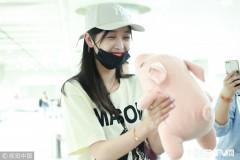 """吴宣仪退出""""火箭少女""""后首次亮相 与玩偶猪甜笑对视心情好"""