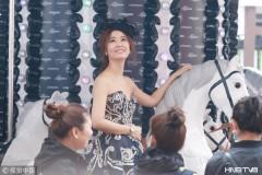 林心如戴帽子穿抹胸裙可直接参加皇室婚礼