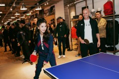 Angelababy性感露蛮腰身材热辣 和齐达内打乒乓球变运动少女