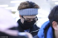 范丞丞现身韩国仁川机场引迷妹围观 戴灰色发带插兜耍帅韩范儿十足